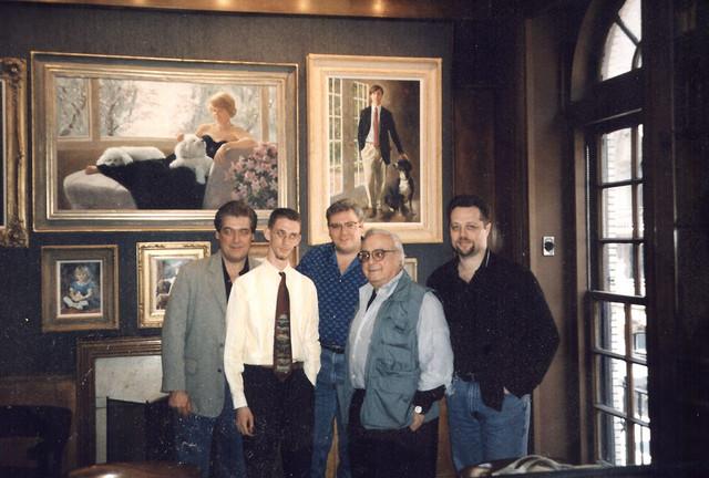 Il sottoscritto nella Luncheon Room della Society of Illustrators, con una cravatta agghiacciante che solo a ventun'anni può sembrare una buona idea, tra Tom Palmer, Joe Orlando, Mike Carlin e Mark Chiarello, nel 1997.