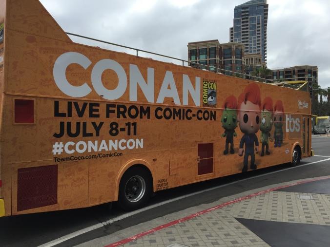 Autobus turistici personalizzati con i pupazzi di Conan O'Brien realizzati da Funko. Introvabili, ovviamente. Sono andati a ruba.